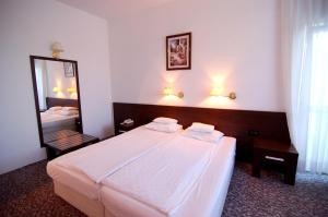 A bed or beds in a room at Hotel Zamak Inter