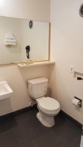 A bathroom at All Star Inn Motel