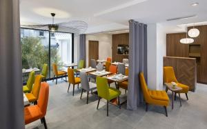 Un restaurante o sitio para comer en Best Western Plus 61 Paris Nation Hotel
