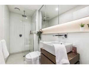 A bathroom at Shop Til You Drop At Sleek Unit In Hip Area