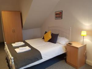 A bed or beds in a room at Leckhampton Road Apartments - Cheltenham