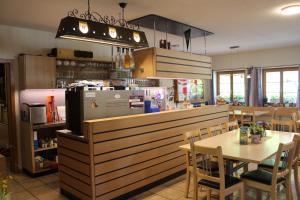 Ein Restaurant oder anderes Speiselokal in der Unterkunft Hotel Urirotstock