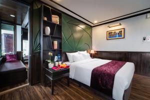 A bed or beds in a room at Peony Cruises