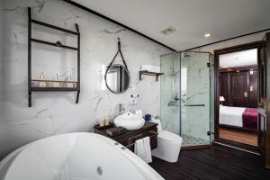 A bathroom at Peony Cruises