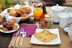Breakfast options available to guests at Le Moulin du Loison