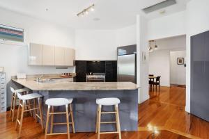 A kitchen or kitchenette at Newcastle Executive Homes - Cooks Hill Cottage