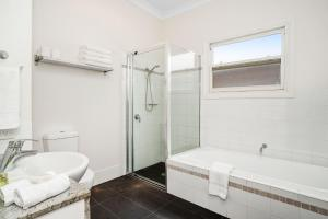 A bathroom at Newcastle Executive Homes - Cooks Hill Cottage