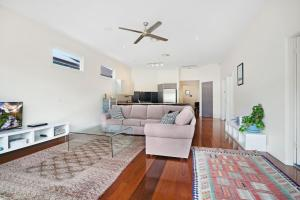 A seating area at Newcastle Executive Homes - Cooks Hill Cottage