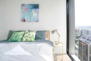 A bed or beds in a room at Spire Brisbane HIGHRISE 1BED IN HEART OF CBD