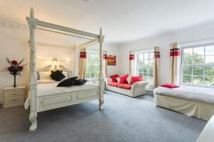 A bed or beds in a room at Belton Chateau Sleeps 24 Pool WiFi