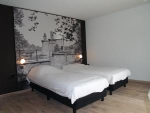 A bed or beds in a room at Fletcher Landgoedhotel Renesse