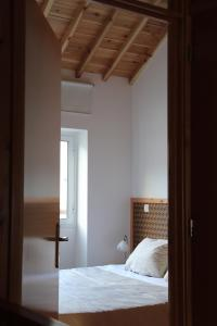 A bed or beds in a room at Casa do Alpendre