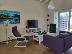 Uma TV ou centro de entretenimento em Sunhouse Curacao