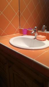 A bathroom at keur GAANSOTI