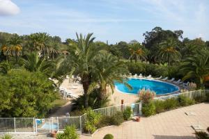 Vue sur la piscine de l'établissement Hôtel Soleil Vacances de Saint Tropez ou sur une piscine à proximité