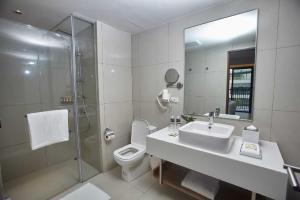 Quest Hotel Tagaytayにあるバスルーム