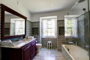 A bathroom at Villa Cintra with Two Houses