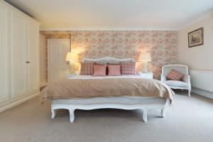A bed or beds in a room at Whitethorn Bed and Breakfast
