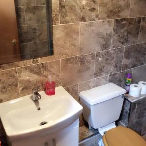 A bathroom at The Lodge Guest House