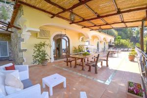 Ristorante o altro punto ristoro di Positano Villa Sleeps 8 Pool Air Con WiFi