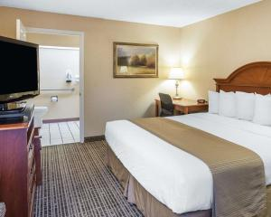 A bed or beds in a room at Quality Inn Carrollton
