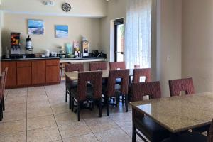 A restaurant or other place to eat at Quality Inn & Suites Miramar Beach