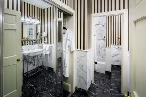 A bathroom at Historic Hotel Bethlehem