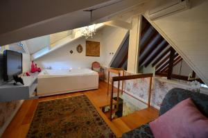A bed or beds in a room at Varanda das Bromélias Med Spa