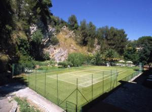Tennis and/or squash facilities at Royal Sporting Hotel or nearby