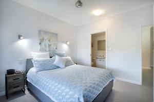 A bed or beds in a room at Sea Eagle on Airlie