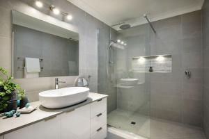 A bathroom at Sea Eagle on Airlie