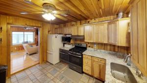 A kitchen or kitchenette at SERENITY COVE