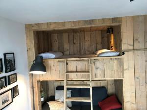 A bunk bed or bunk beds in a room at Meeuwenbank