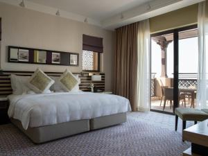 A bed or beds in a room at Jumeirah Mina A'Salam