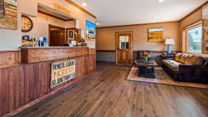 The lobby or reception area at Best Western Pioneer