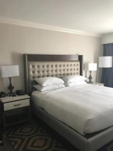 A bed or beds in a room at Hilton Saint Augustine Historic Bayfront