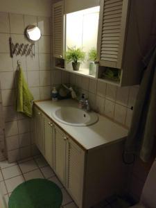 A bathroom at Guesthouse Sønderborg, Ulkebøl