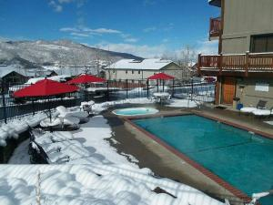 The swimming pool at or close to The Inn at Steamboat