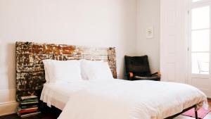 A bed or beds in a room at Dona Emília Guest House