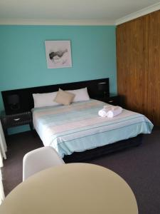 A bed or beds in a room at Lakeside Lodge Motel - UNDER NEW MANAGEMENT