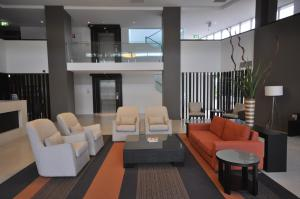 The lounge or bar area at Chancellor Lakeside Apartments