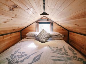 A bed or beds in a room at Big Tiny Seven Hills Tiny House, Tallarook