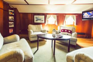 Ein Sitzbereich in der Unterkunft Hotel Barken Viking
