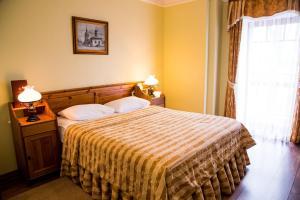 A bed or beds in a room at Pushkarskaya Sloboda