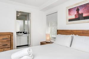 A bed or beds in a room at 4/54 Lawson Street, Byron Bay - The Palms
