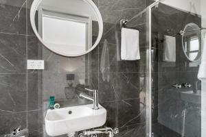 A bathroom at 3/60 Lawson Street ,Byron Bay- Seabreeze