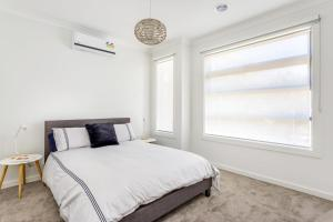 A bed or beds in a room at Diamond Bay Beach House: brand new