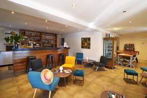 De lounge of bar bij Les Bungalows Du Maquis