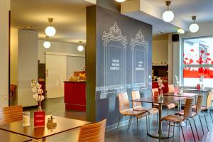 A restaurant or other place to eat at MEININGER Hotel Wien Hauptbahnhof