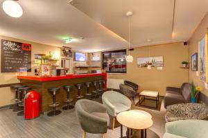 The lounge or bar area at MEININGER Hotel Wien Hauptbahnhof